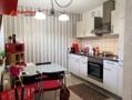 Die schöne Küche mit Zugang zum Balkon