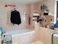 Ein großes Tageslichtbad mit Doppelwaschbecken und Wanne