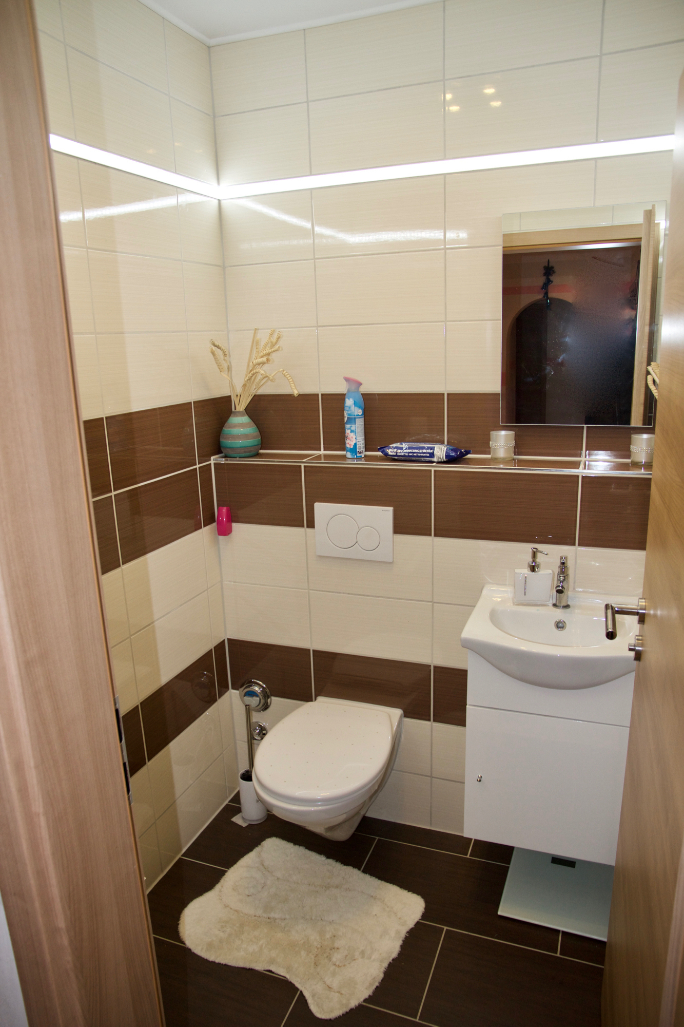 Gäste-WC mit LED-Lichtleiste
