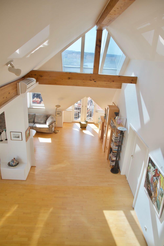 Blick von Galerie in Wohnbereich