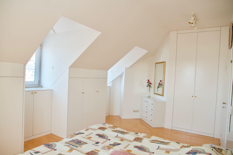Schlafzimmer mit Einbauten