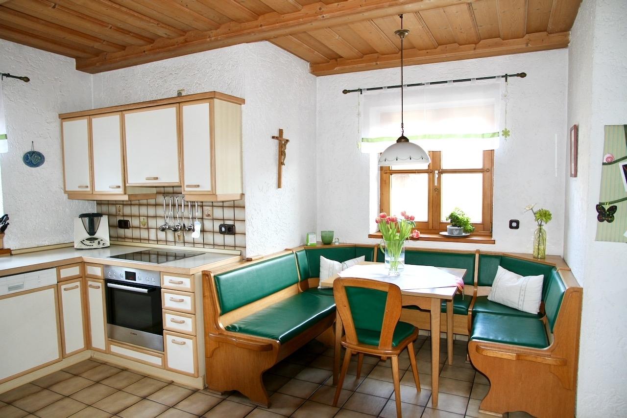 Küche mit Frühstückstisch