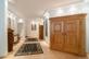 Breiter Flur mit Stellmöglichkeiten für Möbel