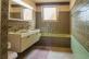 Grosses Bad mit Dusche, Wanne, Doppellavabo, WC