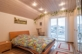 Schlagzimmer mit Balkonzugang