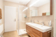 Badezimmer mit Dusche und Doppellavabo