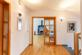 Zugang zum Wohnzimmer mit Kachelofen