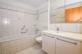 Bad mit Wanne, Lavabo und WC