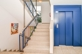 Helles Treppenhaus mit Lift