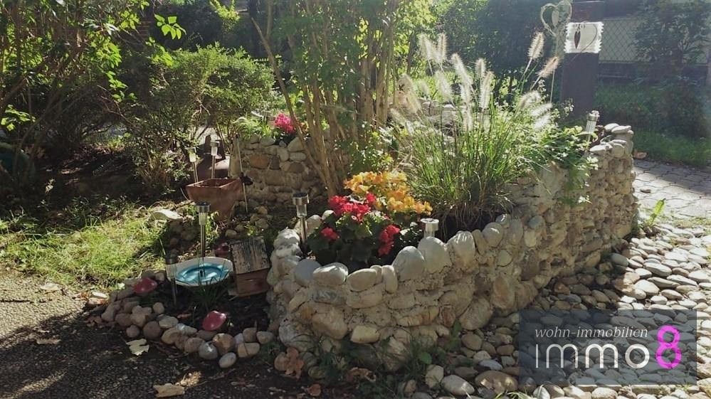 zauberhafter angelegter Steingarten