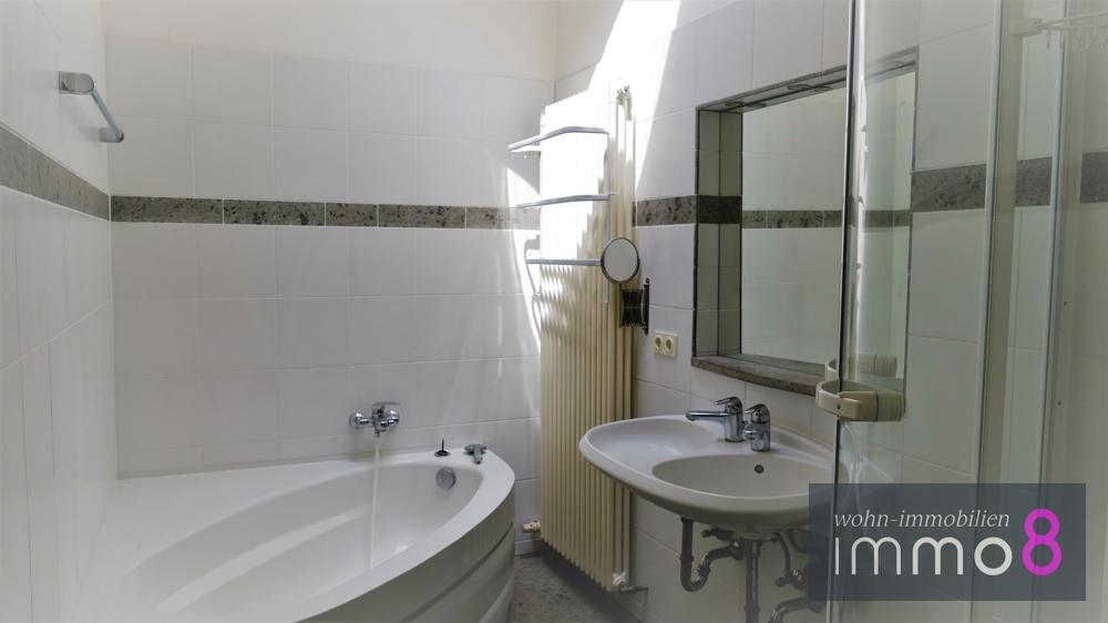 Badezimmer mit Eckbadewanne & Dusche