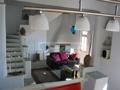 Wohnbereich mit Treppenaufgang zu Toliette und Schlafzimmer