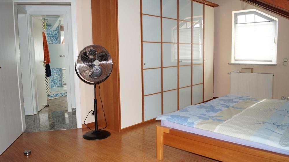 1 v 2 Schlafzimmer im DG