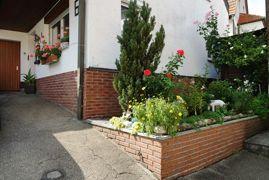 Blumenbeet vor dem Haus