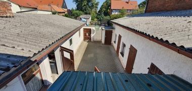 3) Hof mit Nebengebäuden