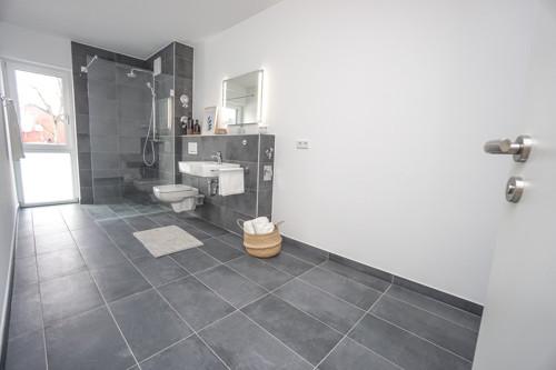 traumhaftes Badezimmer mit bodengleicher Dusche