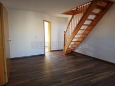 Wohnzimmer mit Blick Richtung Küche