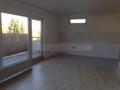offener Küchenbereich mit Balkonzugang