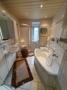 Bad mit Wanne, Dusche & Fenster im EG
