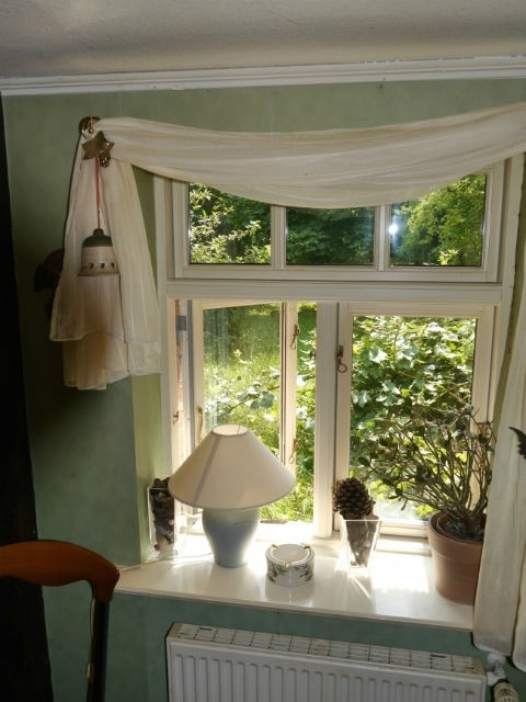 Blick durch das Esszimmerfenster in den Garten