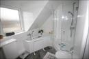 Modernes Badezimmer mit Fenster...