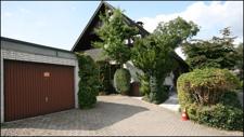 Eingangsseite des Hauses mit Garage und Stellplätzen