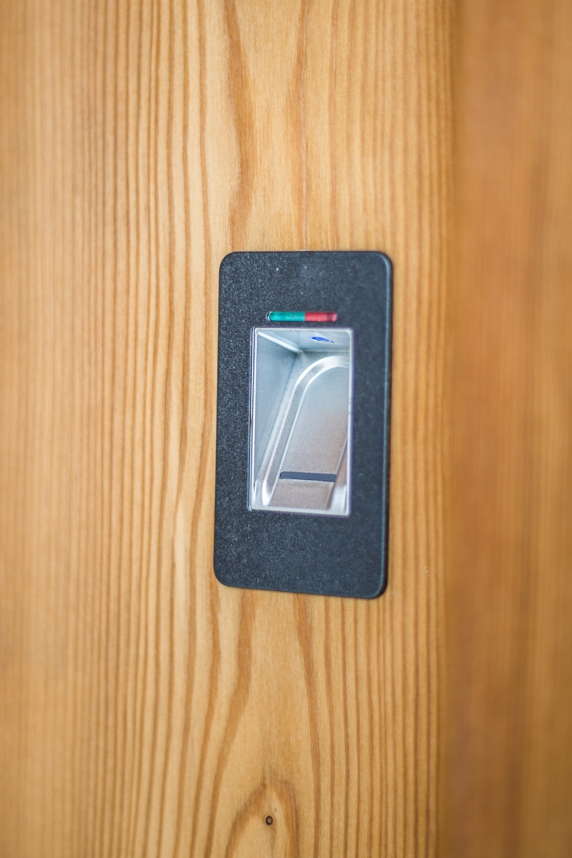 Fingerabdruckscanner (an allen Haustüren)