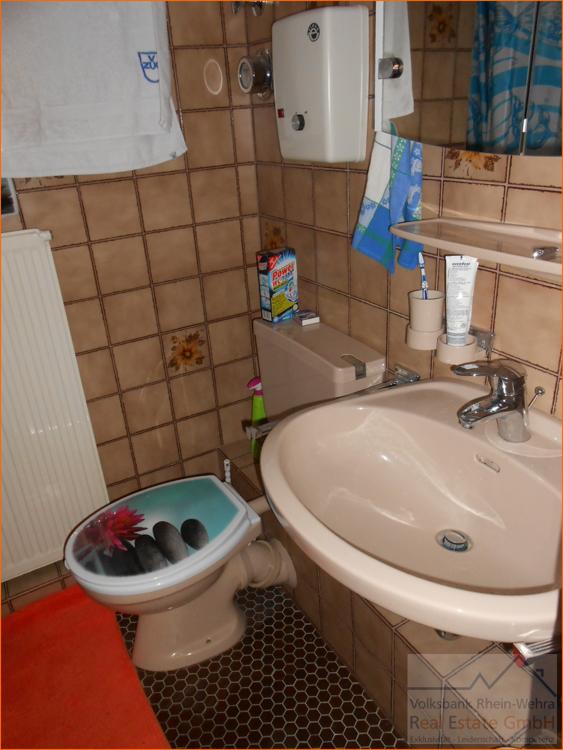 Badezimmer mit Einzelwaschbecken und WC