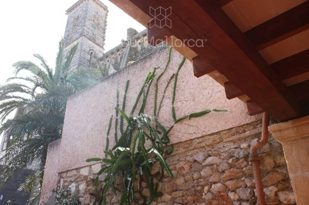 Blick auf die benachbarte Kirchenruine