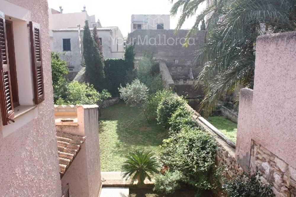 Blick in den Garten von der oberen Terrasse