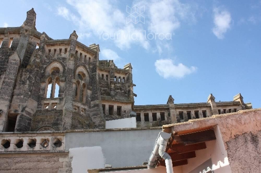 Der Blick zur historischen Kirchenruine