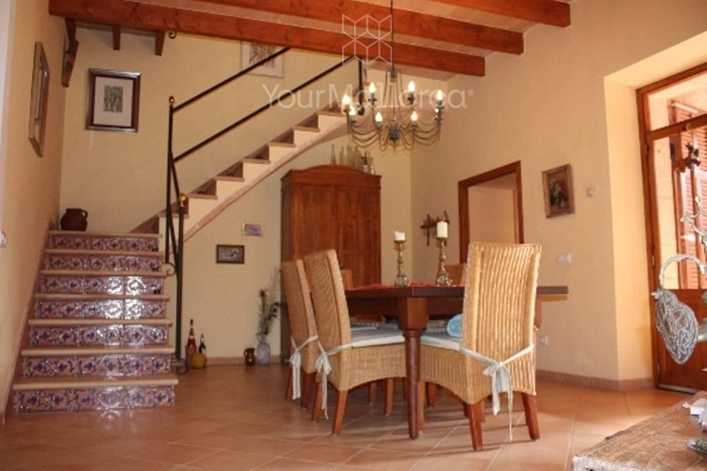 Esstisch mit Blick zur Treppe